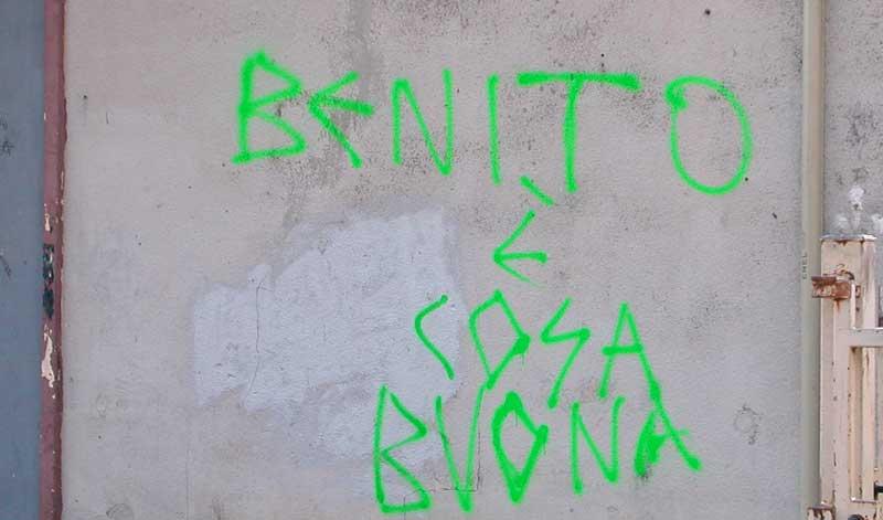 Il graffito sul muro del teatro parrocchiale